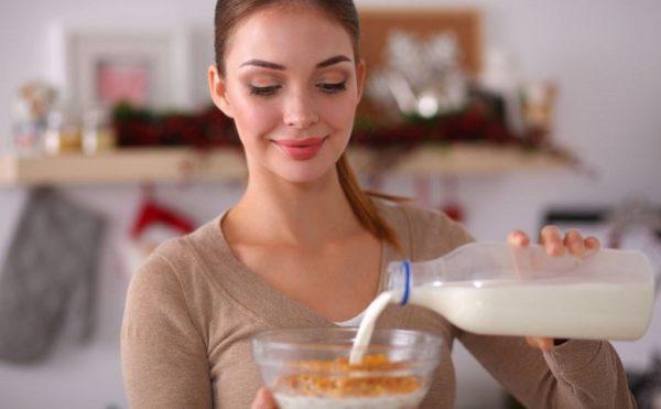 mujer-desayunando-cereal